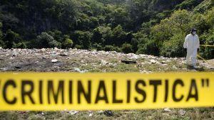 Oikeuslääketieteen asiantuntijat tutkivat mahdollista joukkohautaa Meksikon Coculassa.