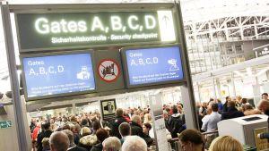 Hampurin lentokentän turvatarkastus ruuhkautui 9. helmikuuta.