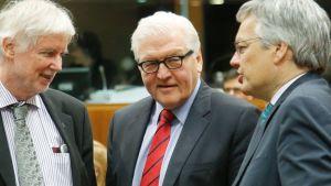 Ulkoministerit Tuomioja, Steinmeier ja Reynders neuvottelemassa.
