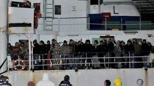 pakolaisia värjöttelee laivan kannella