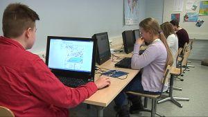Lukiolaiset käyttävät tietokonetta