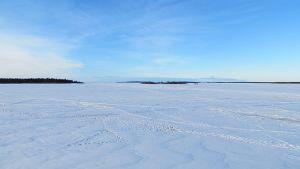 Meren jää lumipeitteessä