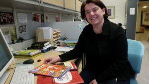 Tanja Kettunen ja kiinan kielen oppikirjoja