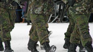 Marssivien sotilaiden jalkoja.