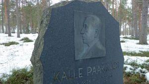 Kotiseutuyhdistys on pystyttänyt kylän persoonalle eli  Valtion hiihtäjä Kalle Paakkarille muistomerkin