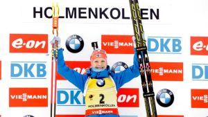Kaisa Mäkäräinen tuulettaa voittoa Holmenkollenilla