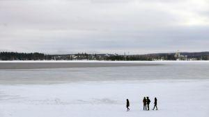 Pyhäjärven rannassa ihmiset kävelevät heikoilla jäill'