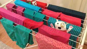 Pyykit käännetty pesun jälkeen ja aseteltu taidokkaasti, mutta saako vihreitä ja punaisia vaatteita laittaa koneeseen yhtä aikaa? Riippuu perfektionismin asteesta.