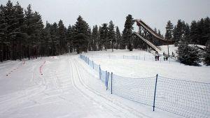 Skicross -rataa ja hyppyrimäet Vuokatissa.