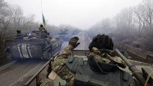 Ukrainan armeijan sotilaita panssarivaunuissa tiellä.