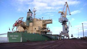 Laivan lastausta Kokkolan satamassa.