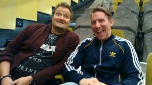 Sami Hedberg ja Aku Hirviniemi istuvat elokuvasalissa.