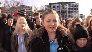 Oppilaita talvisäässä seisomassa torilla