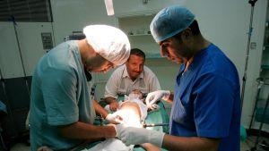 Algerialaiset kirurgit suorittavat pojan ympärileikkauksen.