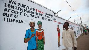 Mies katsoi ebolasta tiedottavaa seinämaalausta Monrovian kaupungissa, Liberiassa marraskuussa 2014.