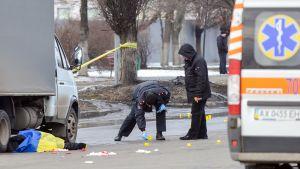 Poliisiviranomainen tutkii räjähdysaluetta Harkovassa 22. helmikuuta 2015.