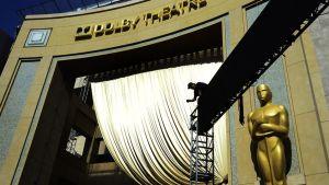 Oscar-gaalaa valmisteltiin Dolby Theatren edustalla 22. helmikuuta 2015.