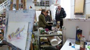 Sinikka Niemi ja Saara Nurmi aikovat opiskelemaan syksyllä alkavalle seniorien taidelinjalle, jolla Hannu Lukin on opettajana.