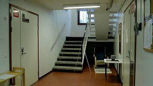Rappukäytävä, jossa portaat ja kaksi ovea.