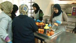 Tripolissa, Pohjois-Libanonissa, eri kansanryhmien jännitteitä on onnistuttu liennyttämään yhteiskeittiössä.