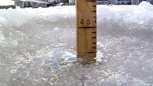 Jään paksuutta mitataan. Jään paksuus Jyväsjärvellä helmikuussa 2015.