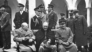 Helmikuussa 1945 Jaltassa otetussa valokuvassa ovat Iso-Britannian pääministeri Winston Churchill (vas.), Yhdysvaltain presidentti Franklin D. Roosevelt ja Neuvostoliiton johtaja Josef Stalin.