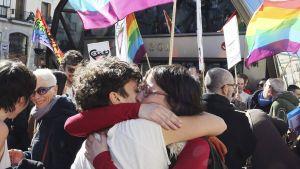 Madridin LBGT-yhteisö järjesti mielenosoituksen kaupungin metrotyöntekijöille lähetetyn homovastasen ohjeistuksen tultua julkisuuteen. Kuva on otettu 22. helmikuuta.