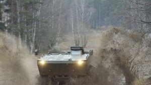 Syyttäjän mukaan lahjalupauksilla haluttiin varmistella Patrian Slovenian valtion kanssa sopiman panssariajoneuvokaupan toteutumista.