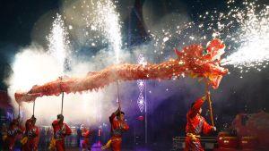 Tanssiryhmä kuljetti lohikäärme-hahmoa Uuden vuoden juhlassa Pekingissä 19. helmikuuta.
