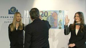 EKP:n pääjohtaja Mario Draghi allekirjoittaa uuden 20 euron setelin esittelytilaisuudessa.