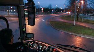 Näkymä kadulle linja-auton ohjaamosta.