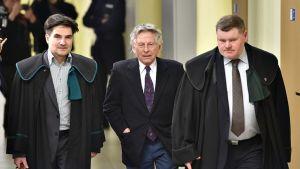 Roman Polanski saapuu asianajajiensa kanssa oikeuteen 25. helmikuuta Krakovassa.