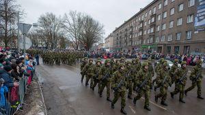 Sotilaat marssivat itsenäisyyden kunniaksi Narvassa, Virossa 24. helmikuuta 2015.