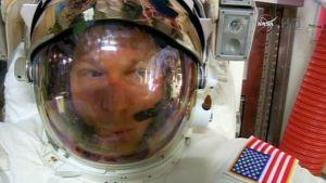 Astronautti Terry Virtsin kypärän sisällä näkyy selvästi vettä hänen palattuaan avaruusasemalle kesken avaruuskävelyn.