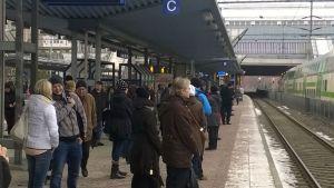 Ihmisiä Pasilan juna-asemalla.
