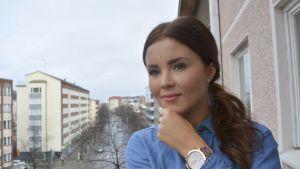 Annika Ollila parvekkeella.