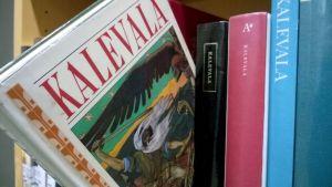 Kalevala kirjaston hyllyssä.