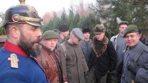 Sodankylän jääkäriprikaatin varusmiehet näyttelivät perjantaina Suomesta vuonna 1915 tulleita vapaaehtoisia Hohenlockstedtin entisen rautatieaseman edustalla.