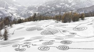 Ympäristötaiteilija Sonja Hinrichsenin lumipiirros Ranskan Brianconissa.