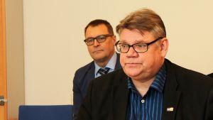 Perussuomalaisten puheenjohtaja Timo Soini, takana Rovaniemen Perussuomalaisten puheenjohtaja Matti Torvinen