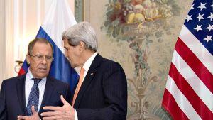 Sergey Lavrov (vas.)  ja John Kerry (oik.).