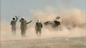 Irakilaiset sotilaat ampuvat tykillä.