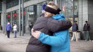 Kuvankaappaus Kioskin halausvideosta.