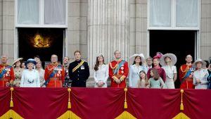 kuninkaallinen perhe seisoo parvekkeella