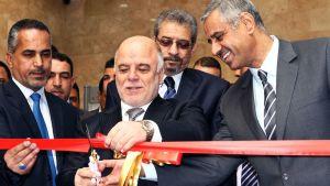 Irakin pääministeri Haider al-Abadi (kuvassa keskellä) leikkasi punaisen nauhan Irakin kansallismuseon avaamisen merkiksi Bagdadissa 28. helmikuuta.