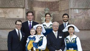 Ruotsin kuninkaallinen perhe seisoo rappusilla