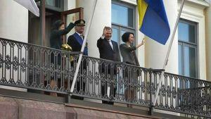 Kuningaspari yhdessä Sauli Niinistön ja Jenni Haukion kanssa presidentinlinnan parvekkeella.