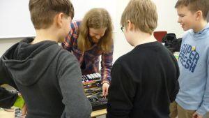 Alpo Nummelin näyttää elektronisen musiikin työpajaan osallistuville äänipöytää