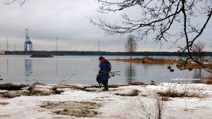 Pentti Saarinen kokeili kalaonneaan keskiviikkoaamuna Vuosaaren Uutelassa.