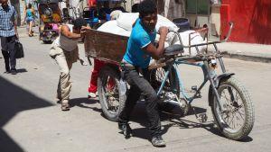 Perunoita kuljetetaan Havannassa, Kuubassa